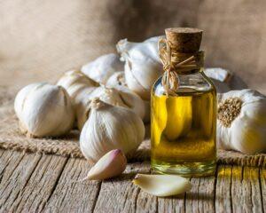 cabezas de ajo y aceite de oliva