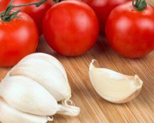 dientes de ajo y tomates