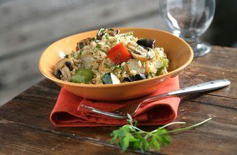 Exquisito y ligero arroz con verduras sobre un plato marrón