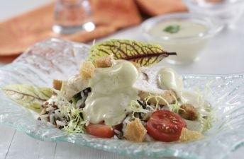 Deliciosa ensalada César de arroz sobre un plato transparente