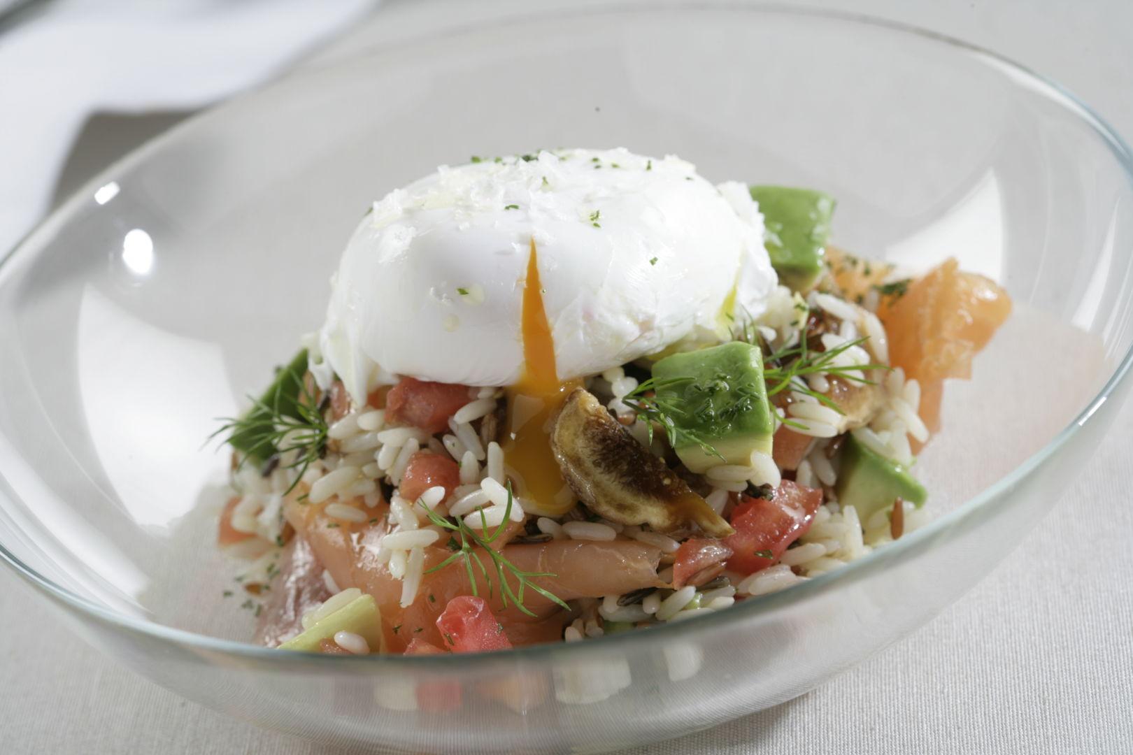 Espectacular ensalada de arroz salmón aguacate sobre un bol transparente
