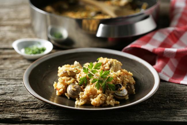 Arroz con pollo, caracoles y setas shiitake