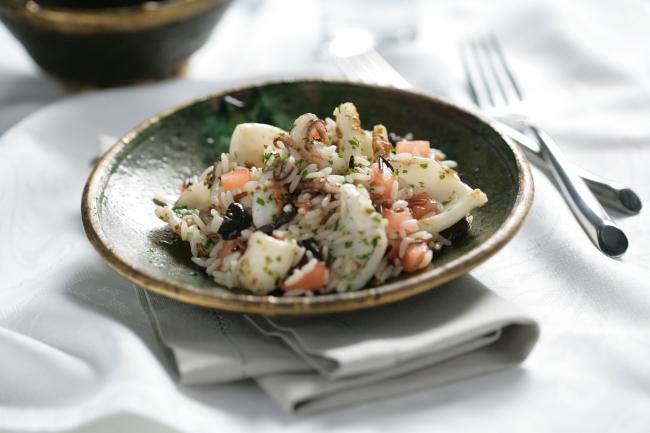 Ensalada templada de arroz con calamares