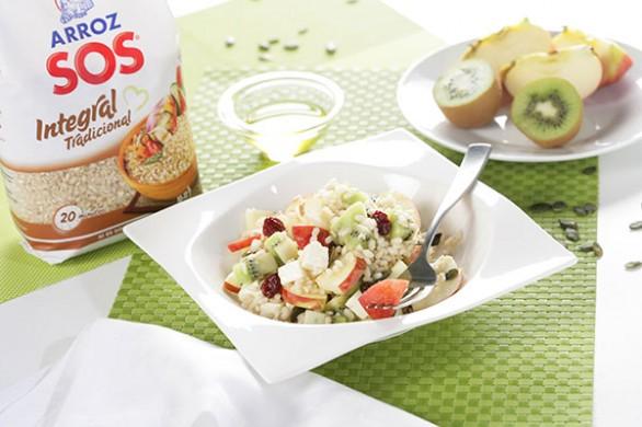 Ensalada de arroz integral con frutas y queso