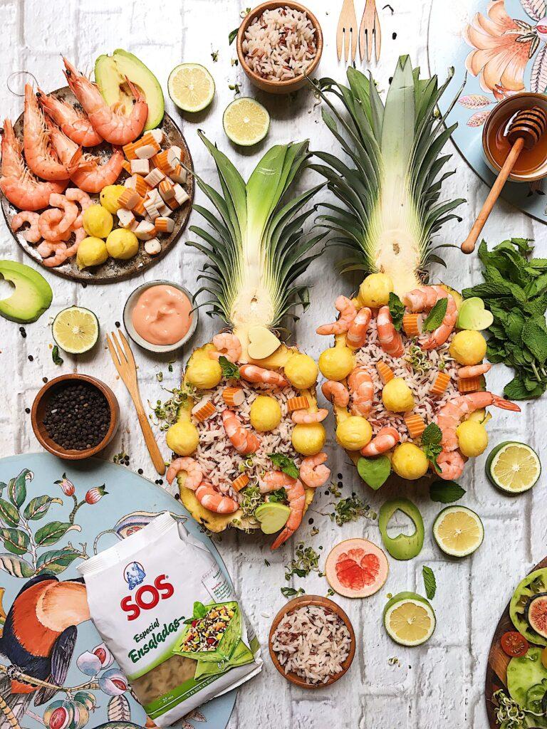 Piña rellena de ensalada de arroz y marisco por Laura Ponts
