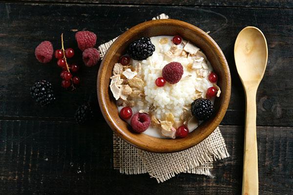 Arroz con leche de avena, muesli y frutos rojos