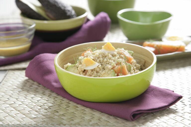 Ensalada de quinoa con aguacate y huevo cocido