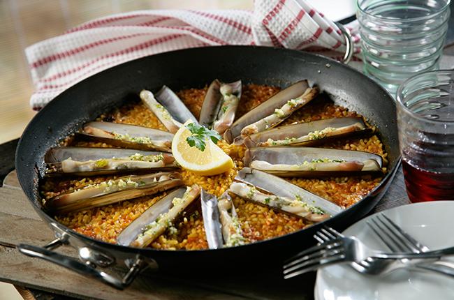 Paella de arroz con navajas y azafrán
