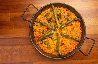 paella-de-verduras-con-esparragos-y-pimientos