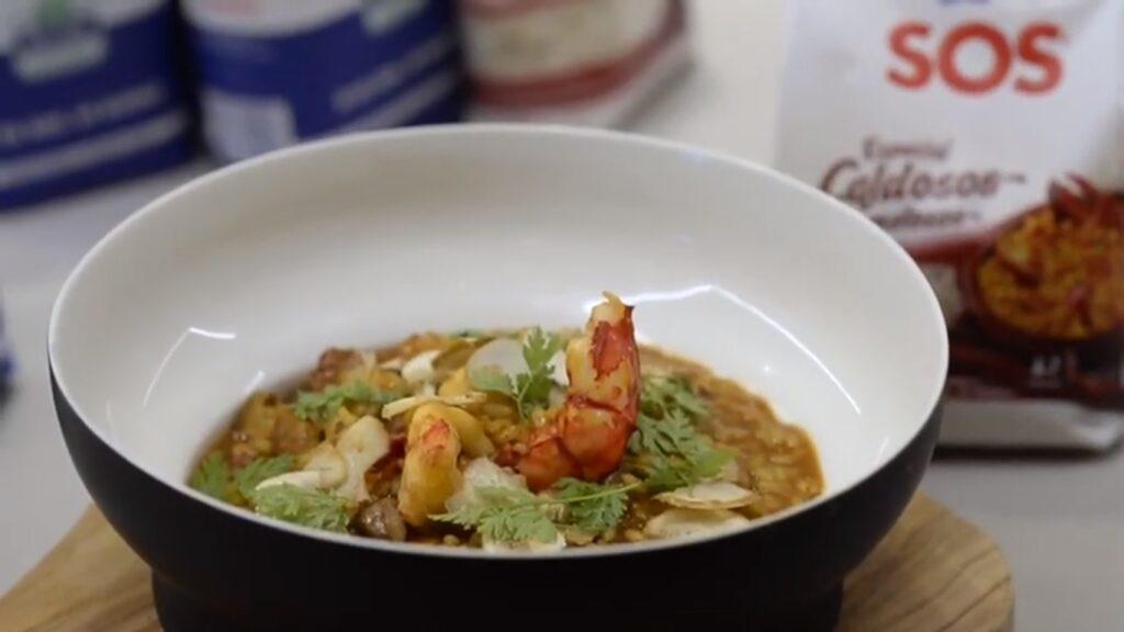 Plato de arroz meloso con carabineros y setas