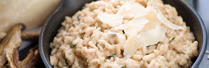 El risotto necesita ser removido continuamente para soltar su almidón