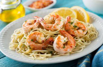 plato-servido-de-spaghettis-con-gambas