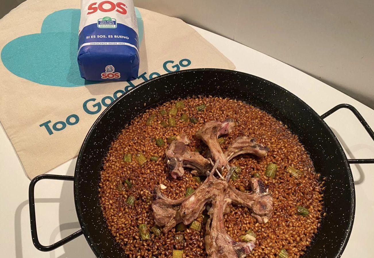arroz-de-aprovechamiento-con-chuletitas-de-cordero-servido-en-paella