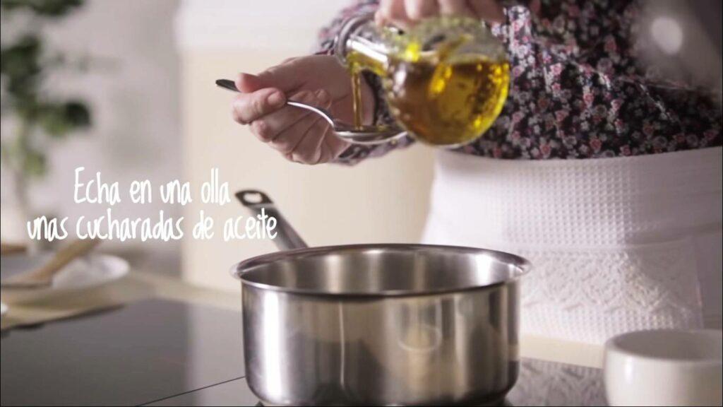 Echa en una olla unas cucharadas de aceite