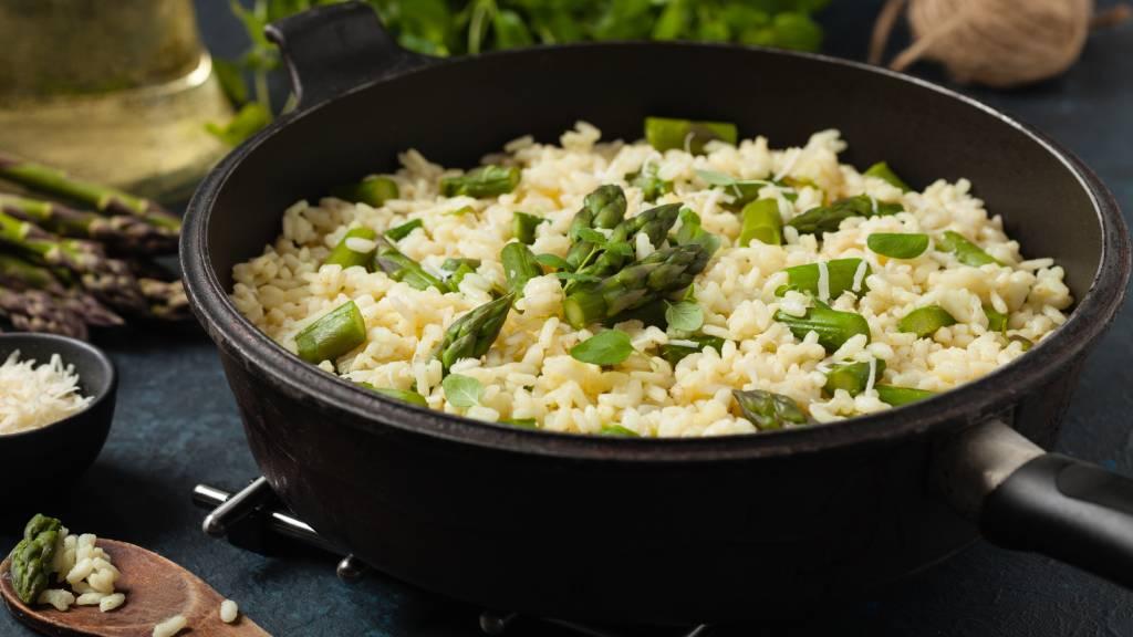 Ponemos el arroz en la sartén y lo salteamos junto con las verduras
