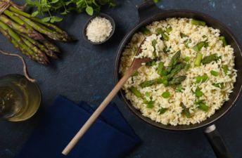 Rceta de arroz con espárragos trigueros y pimiento verde